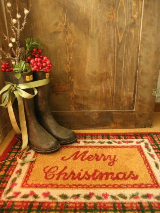 tappeto davanti alla porta di ingresso con stivali
